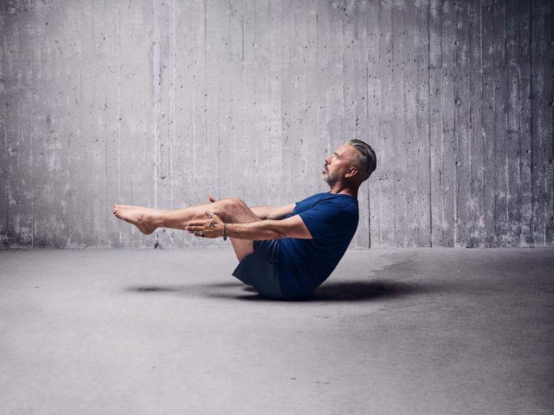 Man visar yoga övning