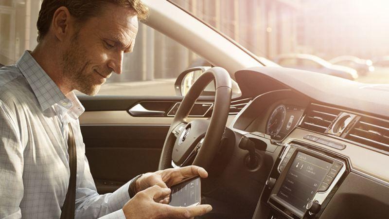 un passager profite du cockpit connecté de sa Volkswagen