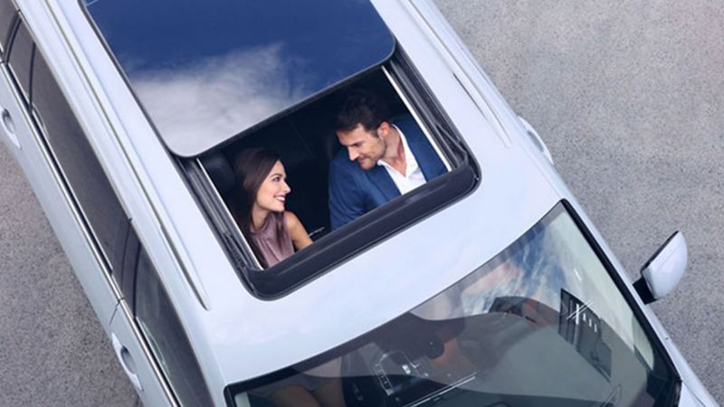 Pareja en interior de SUV Volkswagen. Conoce las caminetas en venta, Tiguan, Teramont y T-Cross
