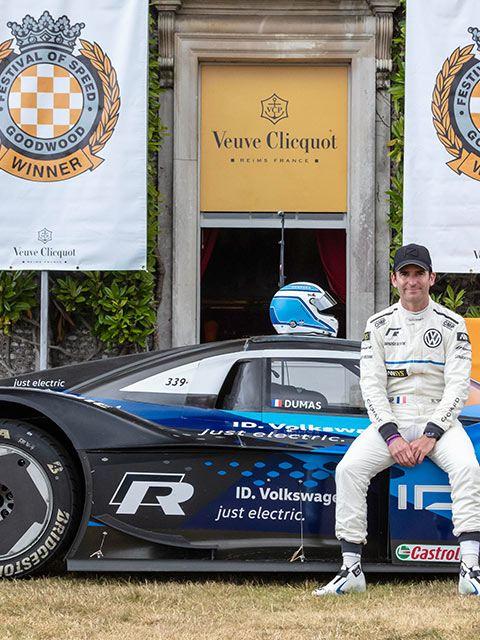 Racerförare Romain Dumas och Volkswagen ID.R på Goodwood Festival of Speed.