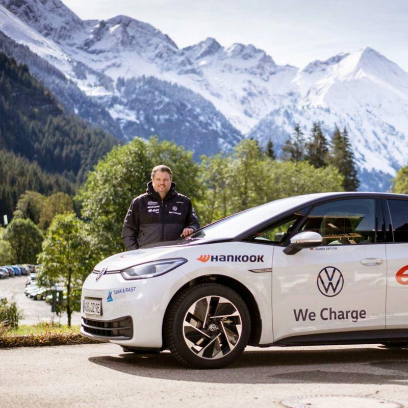 Rainer Zietlow con la sua VW ID.3 di fronte a un panorama di montagna