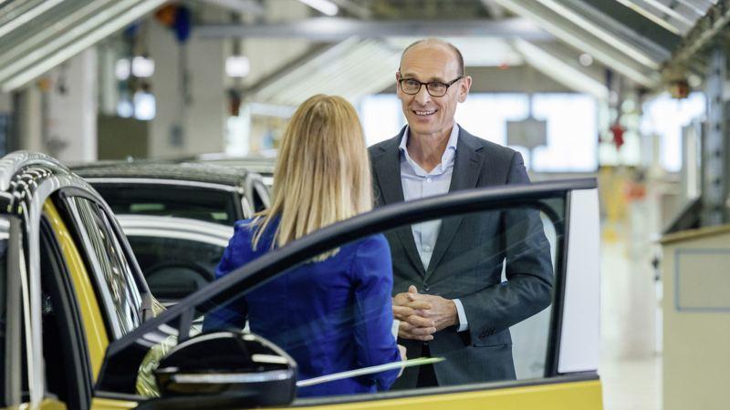 Ralf Brandstätter durante l'intervista vicino ad un Volkswagen ID.4