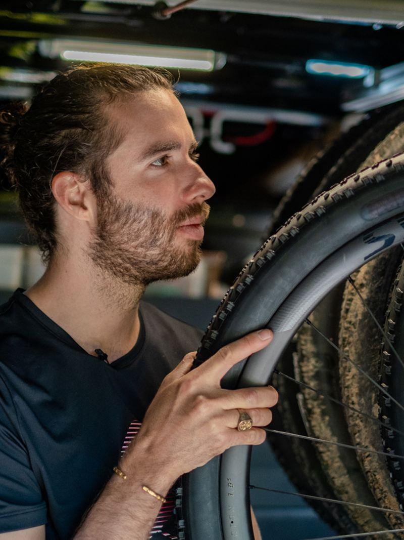 Yanick Gyger accroche une roue de vélo