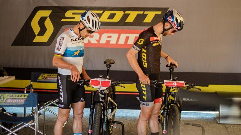 deux vététistes à côté de leurs vélos