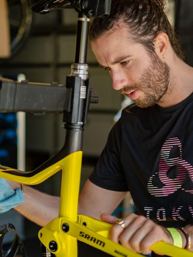 Yanick Gyger répare une bicyclette.