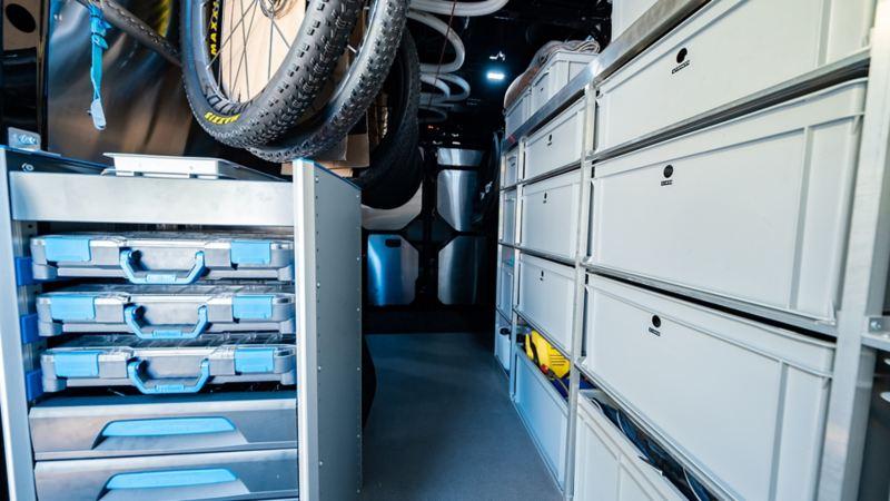 L'intérieur du Crafter converti avec tous les tiroirs est visible