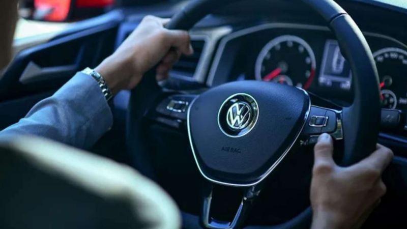 Imagen de persona al volante en un auto Volkswagen con sistema de transmisión Tiptronic