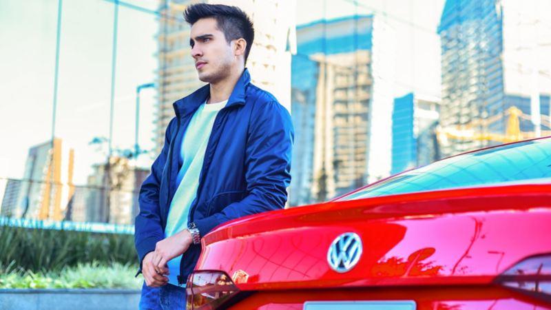 Sedán Nuevo Virtus 2020, auto Volkswagen con mejor rendimiento de combustible y performance en rojo tornado