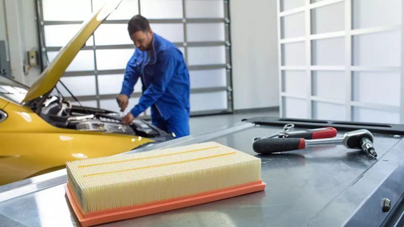 Técnico realizando mantenimiento preventivo dentro de Service Xpress de Volkswagen