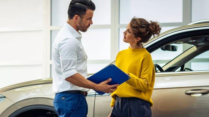 Mujer contratando el mejor servicio de mantenimiento automotriz de Volkswagen para el cuidado de su auto