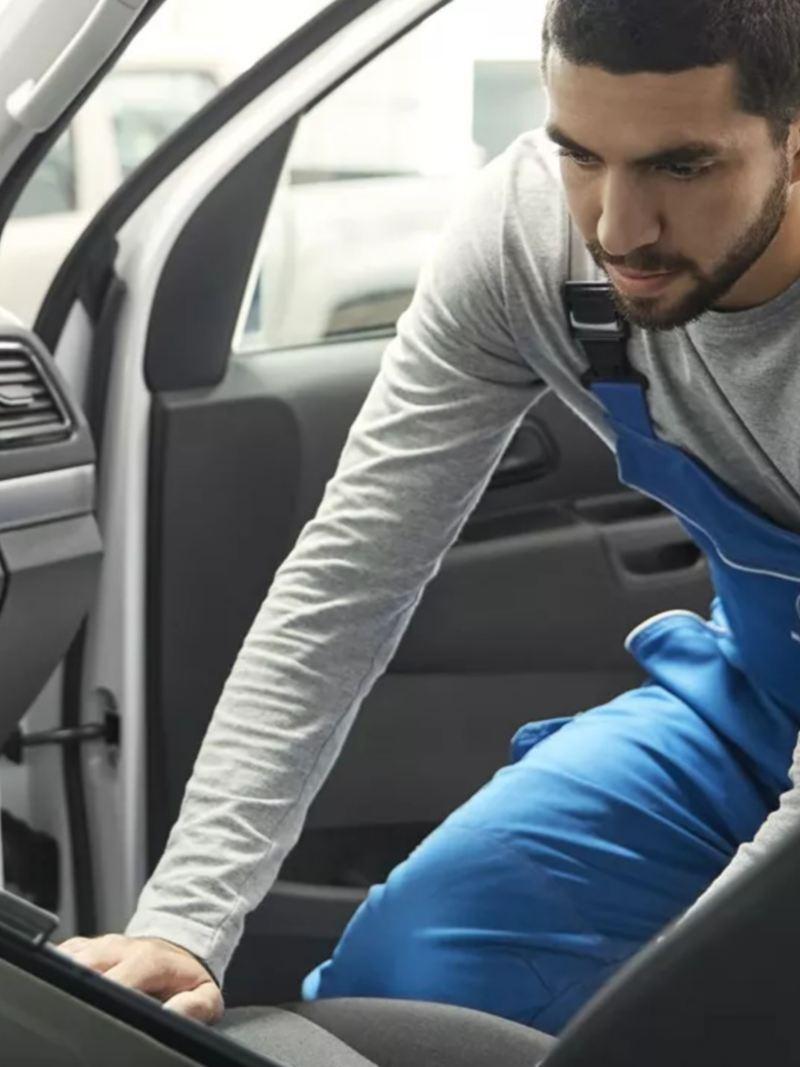 Hombre dando mantenimiento a su nuevo auto adquirido con los créditos automotrices de Volkswagen