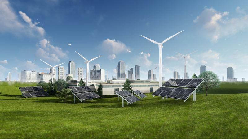 Solaranlagen und Windräder vor Skyline