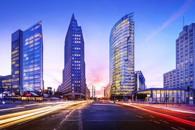 Straße in einer Großstadt, im Hintergrund Wolkenkratzer