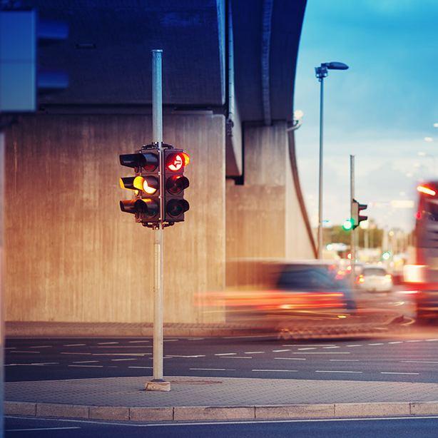 Straßenkreuzung mit einer Ampel auf einer Verkehrsinsel