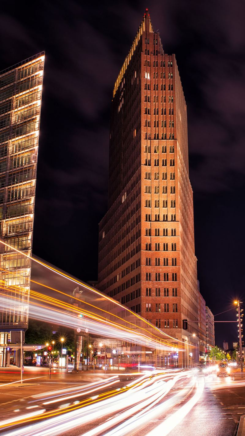 Straßenverkehr am Potsdamer Platz in Berlin bei Nacht