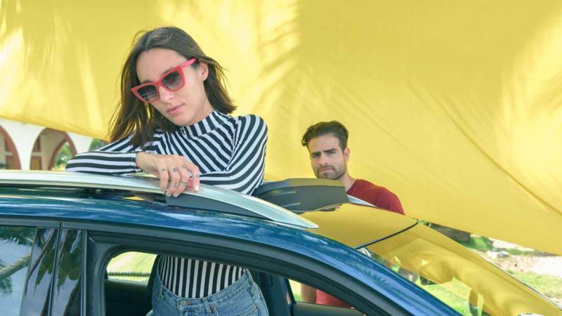 Imagen de pareja joven que adquirio una SUV con T-Cross entre dos.