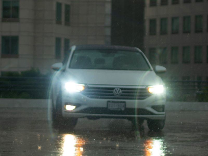 Conductor de Nuevo T-Cross Volkswagen siguiendo los mejores consejos para conducir sobre pavimento mojado