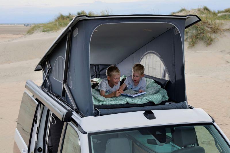 Dzieci w namiocie dachowym Volkswagen California 6.1