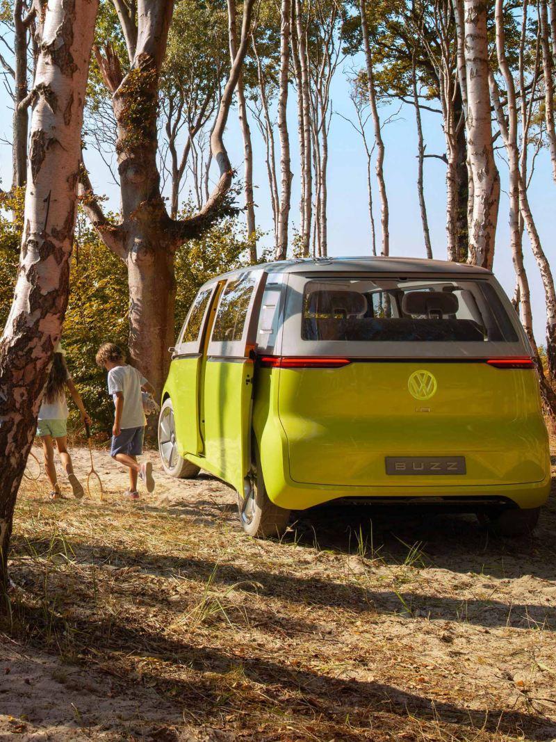 Vista posteriore ID. Buzz VW nel bosco