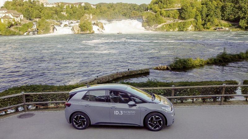 VW ID.3 framför ett vattendrag.