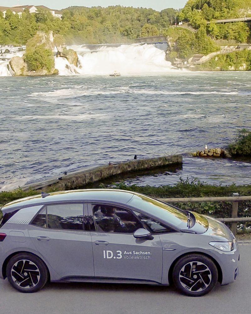 Der ID.3 steht vor einem Gewässer