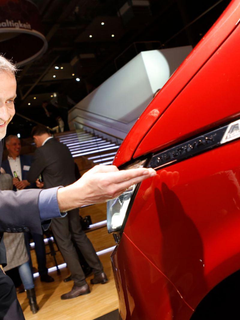 Thomas Sedran visar nya emblemet på VW Multivan T6.1