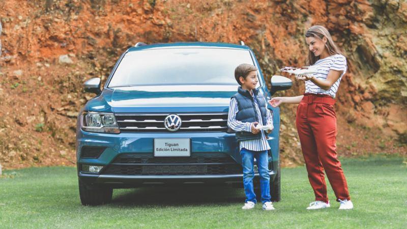Tiguan 2020, camioneta familiar Volkswagen estacionada tras madre e hijo alegres