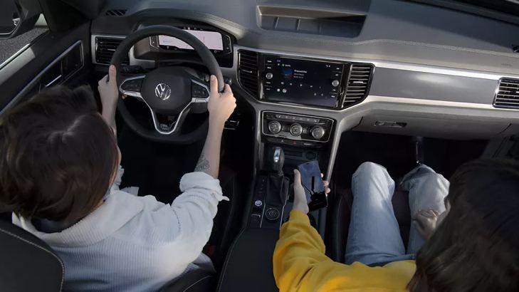 Hombre y mujer conduciendo una SUV de Volkswagen