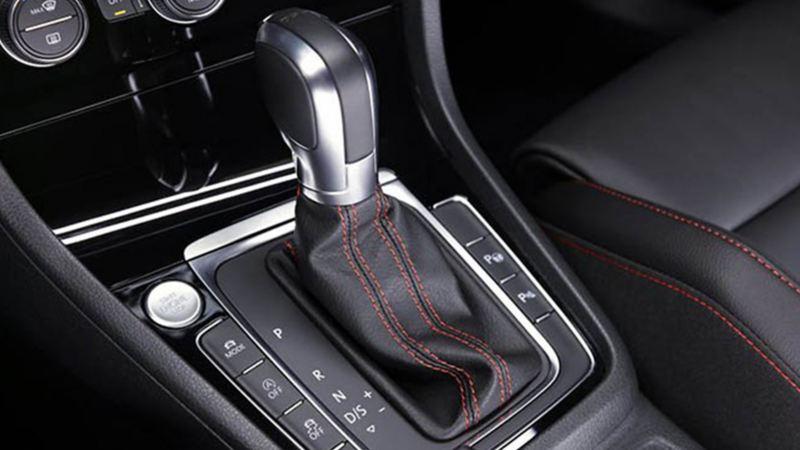 Palanca de velocidades con transmisión DGS, I-Motion o Tiptronic presente en automóviles VW