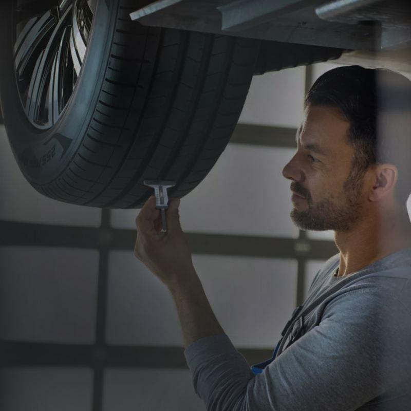 Un mécanicien inspectant un pneu