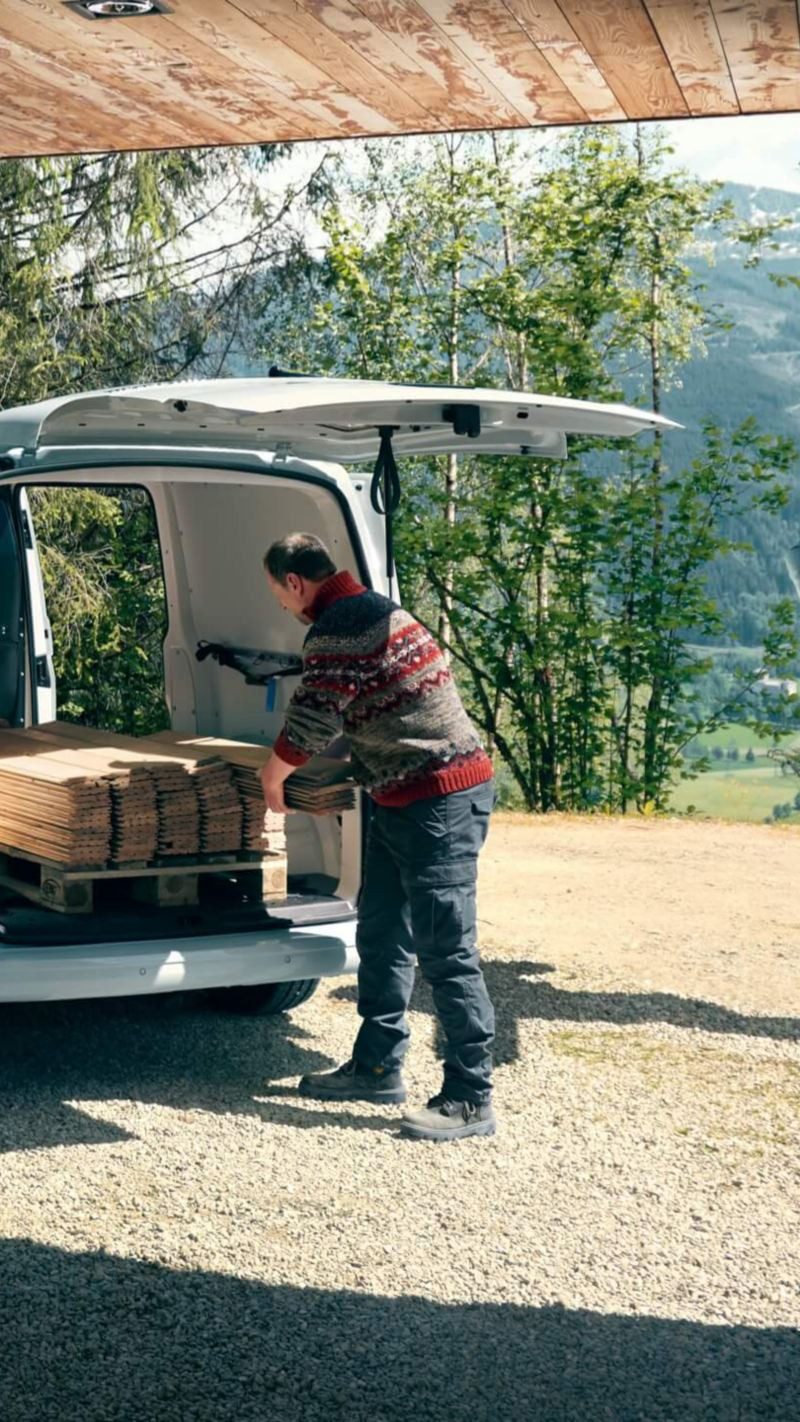 Ein VW Transporter Kombi als Fahrzeug im baunahen Gewerbe.