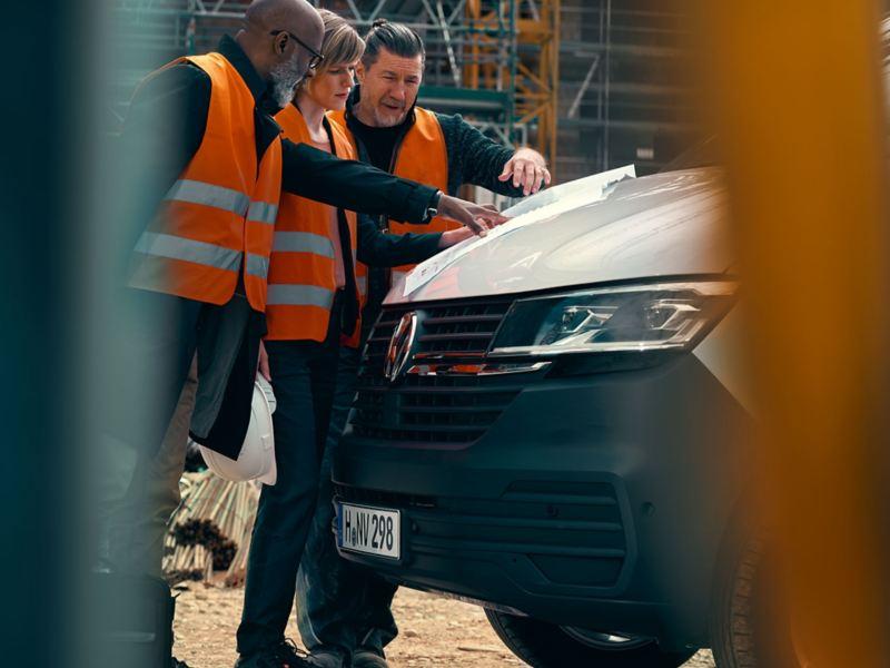 vw transporter 6.1 devant avec personnes qui travaillent sur un chantier