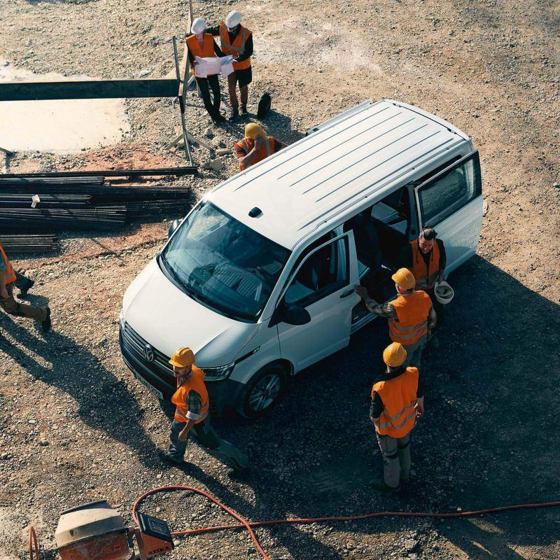 Ein Transporter im Einsatz auf einer Baustelle.