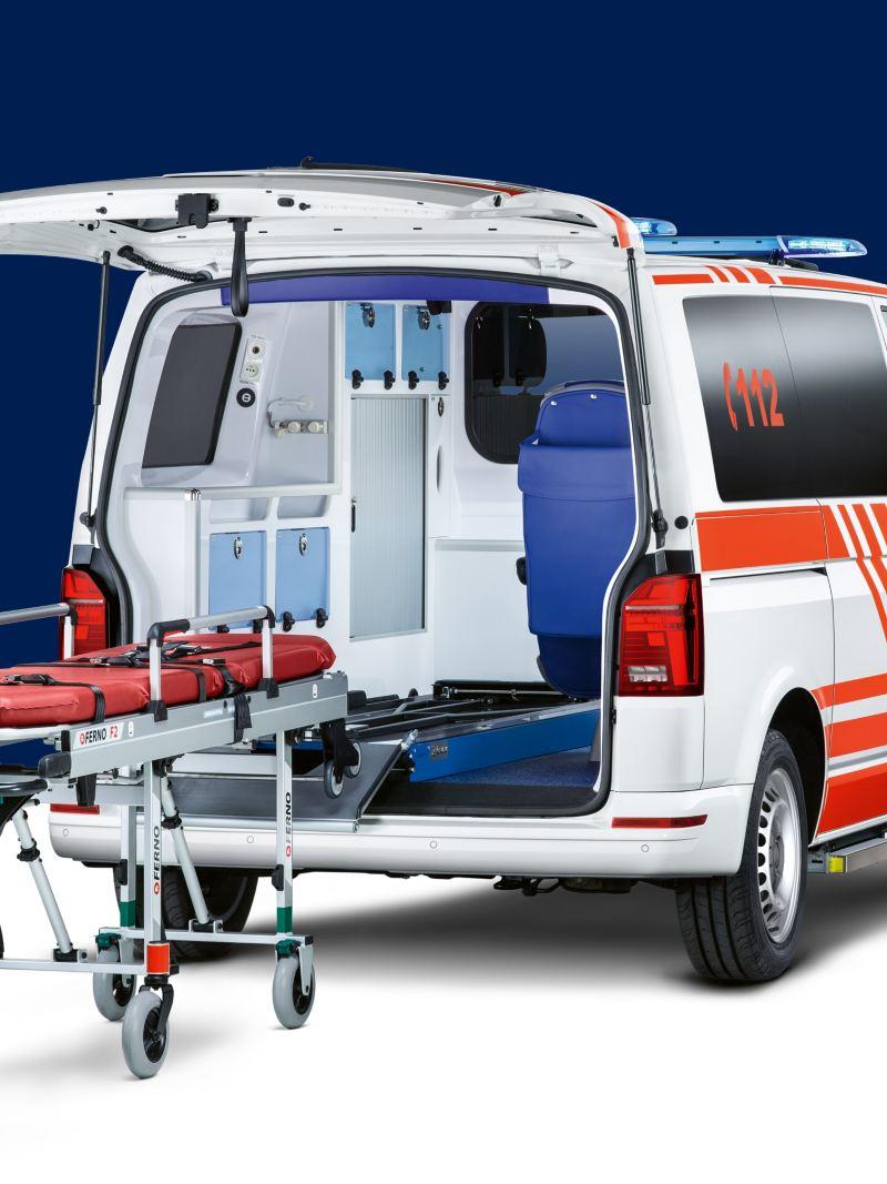 Ein Transporter als Krankentransportfahrzeug.