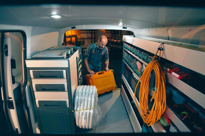 Un atelier mobile de l'intérieur.