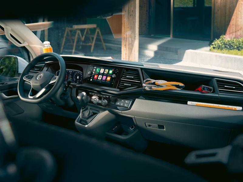 Bildet viser førerhuset i en Volkswagen Transporter varebil