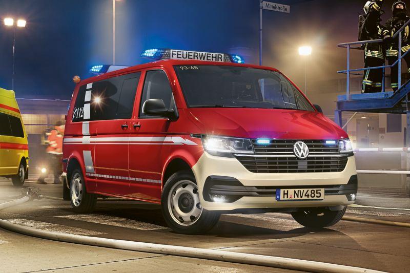 Un VW transporter en un camion de pompiers.