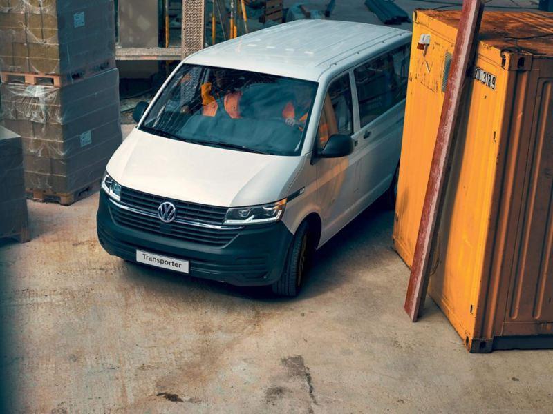 VW Transporter pasajeros en zona de construcción