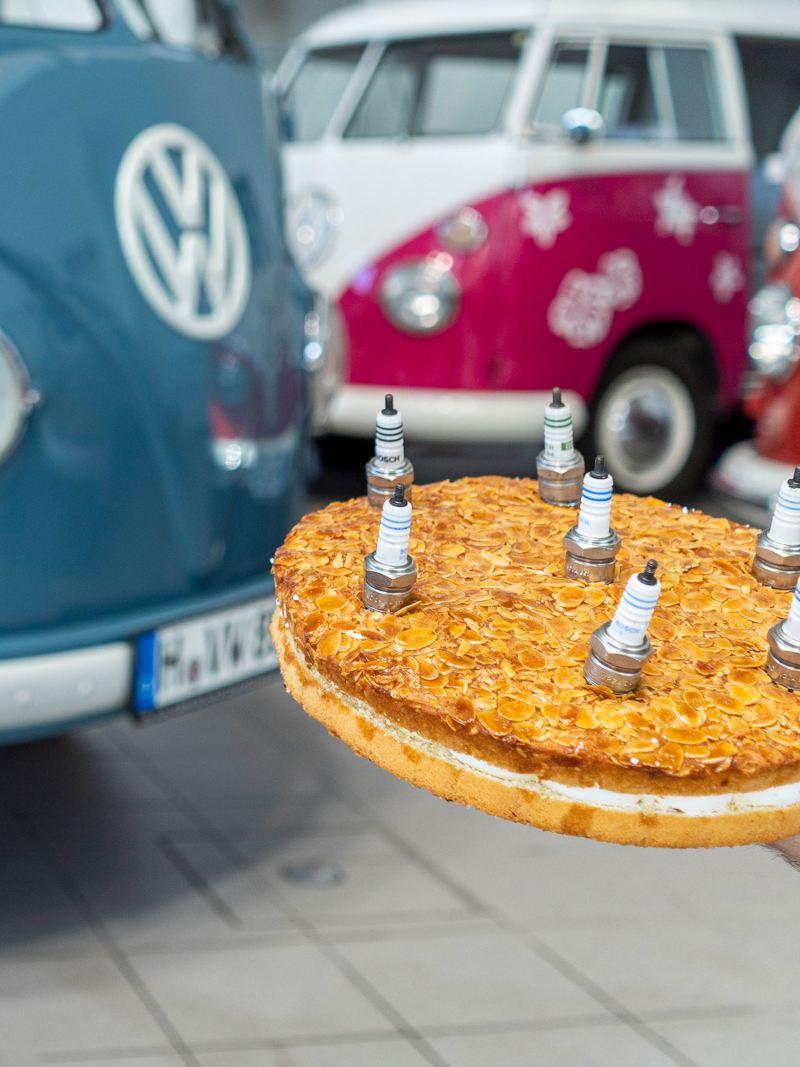 Um bolo com velas do motor no aniversário da VW Transporter Sofie.
