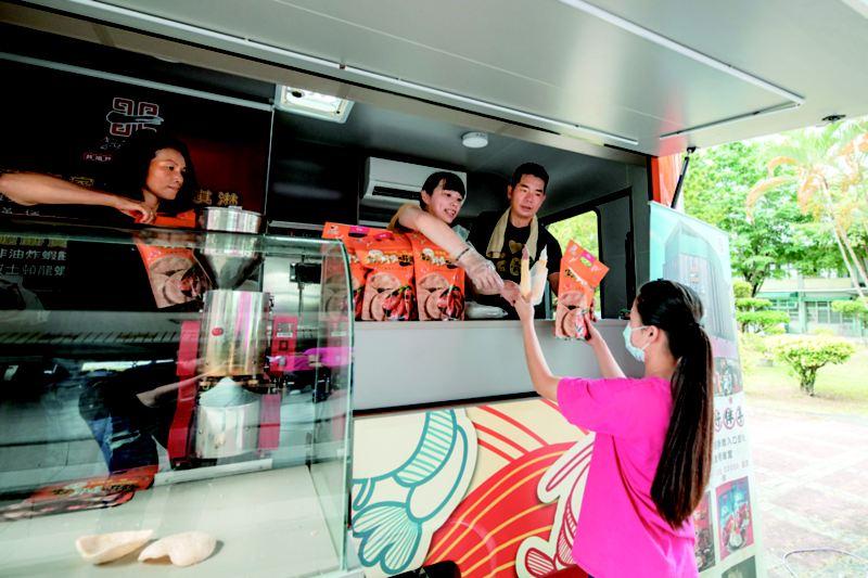 蔡震宇舉行餐車巡迴,提供免費蝦餅和霜淇淋