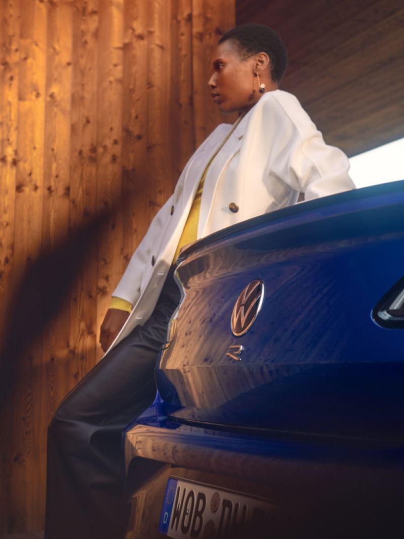 Chica apoyada en la parte trasera del Nuevo Volkswagen Arteon R