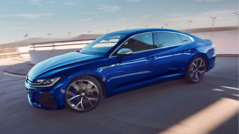 Vista lateral de un Nuevo Volkswagen Arteon R azul