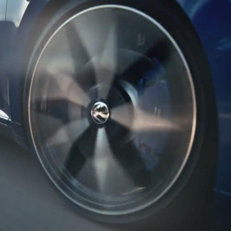 Primer plano de una llanta en movimiento del Nuevo Volkswagen Arteon R