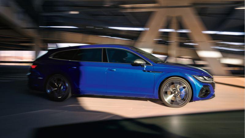 Vista lateral de un Nuevo Volkswagen Arteon Shootinr Brake R azul