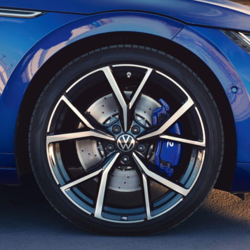 Primer plano de una llanta del Nuevo Volkswagen Arteon Shooting Brake R