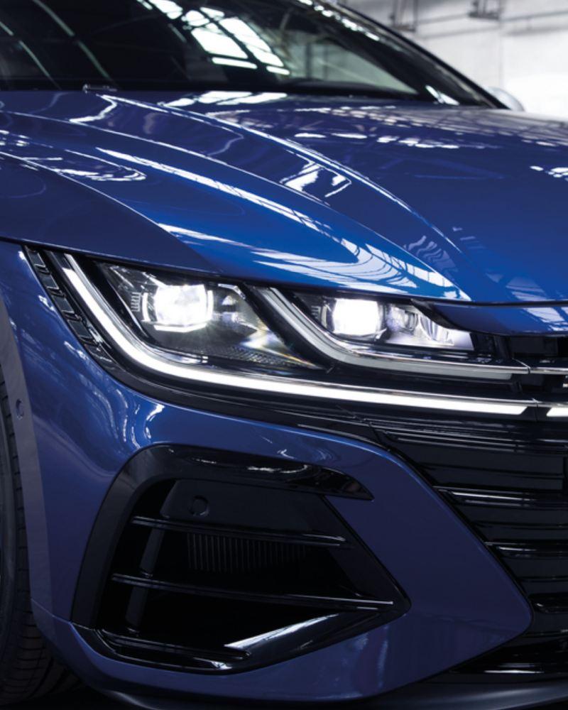 Vista de detalle de los faros LED de un Nuevo Volkswagen Arteon R azul
