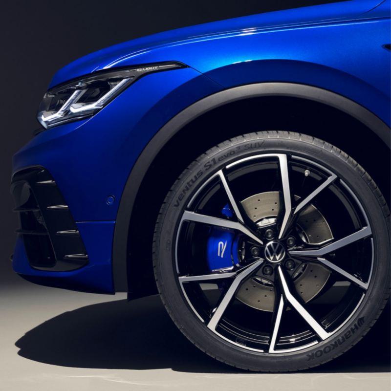 Detalle de la llanta delantera de un Volkswagen Tiguan azul eléctrico