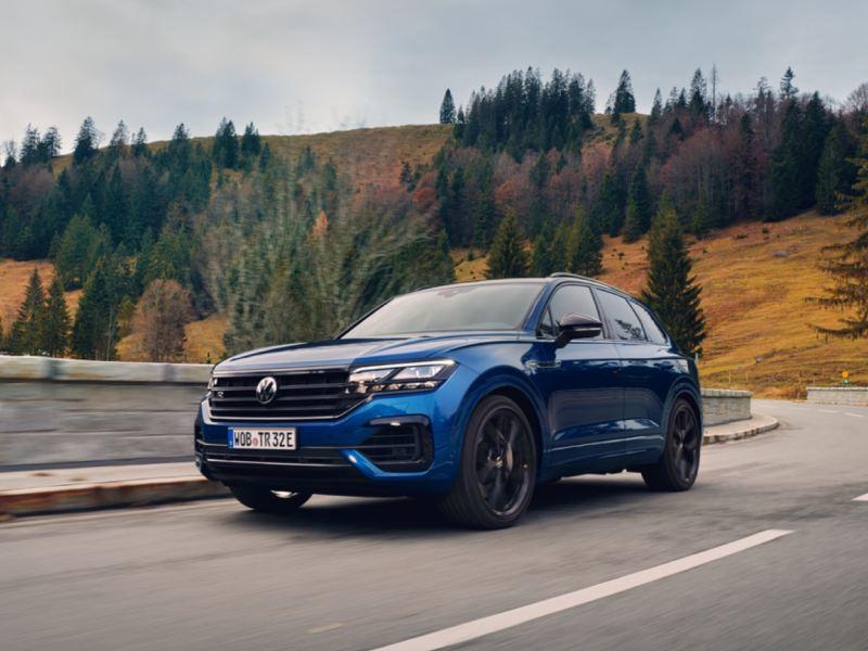 Volkswagen T-Roc R azul circulando por una carretera de montaña