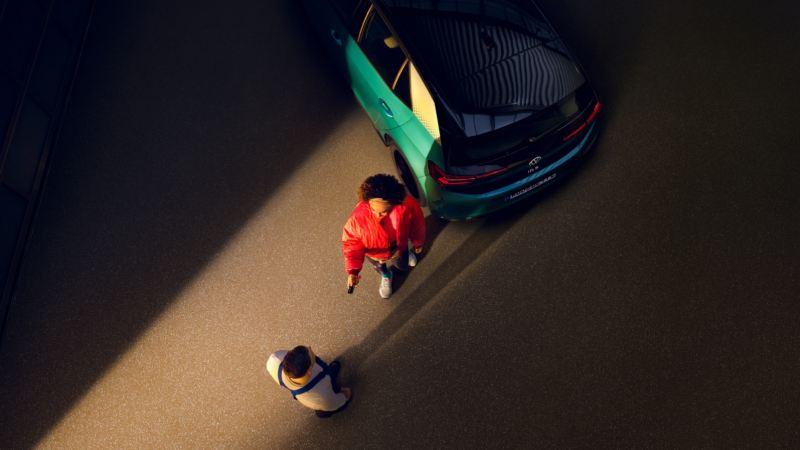 Una clienta entregando las llaves de su ID.3 a un profesional del Servicio Oficial de Volkswagen