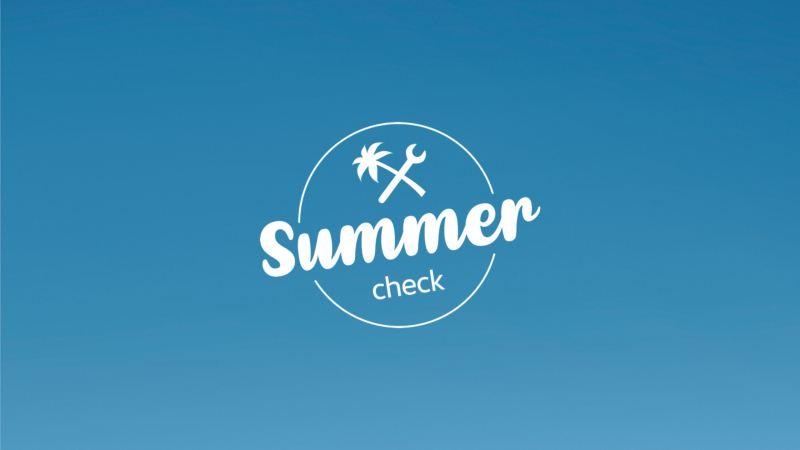 Logotipo de Summer Check sobre el cielo azul